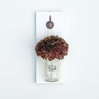 Fehér fatáblás hortenziás falidísz világítással rosegold fogantyúval