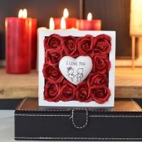 Piros rózsa fa dobozban I LOVE YOU szívvel 13x13x4 cm