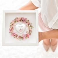 Szeretetkoszorú 3D képkeretben Isten hozott szívvel 25x25cm kislány púder