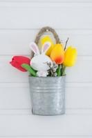 Bádog kaspós, akaszthatós, tulipános nyúl, 19x11cm