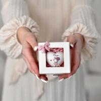 Anyáknapi ajándékdoboz anya szívvel 9x9cm lány grafikával
