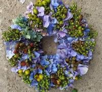 Hortenzia koszorú zöld bogyóval 25cm kék