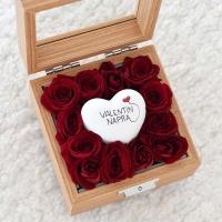 Üvegtetős fadoboz piros rózsával Valentin napra szívvel 12x12x7,5 cm