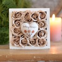 Krém rózsa fadobozban 13x13x4 cm