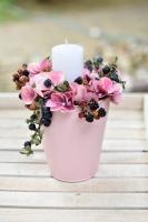 Rózsaszín kaspós asztali dísz hortenziával, gyertyával