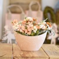 Tavaszi asztaldekoráció barack színű kaspóban 20x20cm