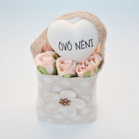 Bézs natur lenvászon kistáska barack minirózsával,szívvel Óvó néni 11x6 cm Jelenleg a terméket fehér mini rózsával tudjuk küldeni.